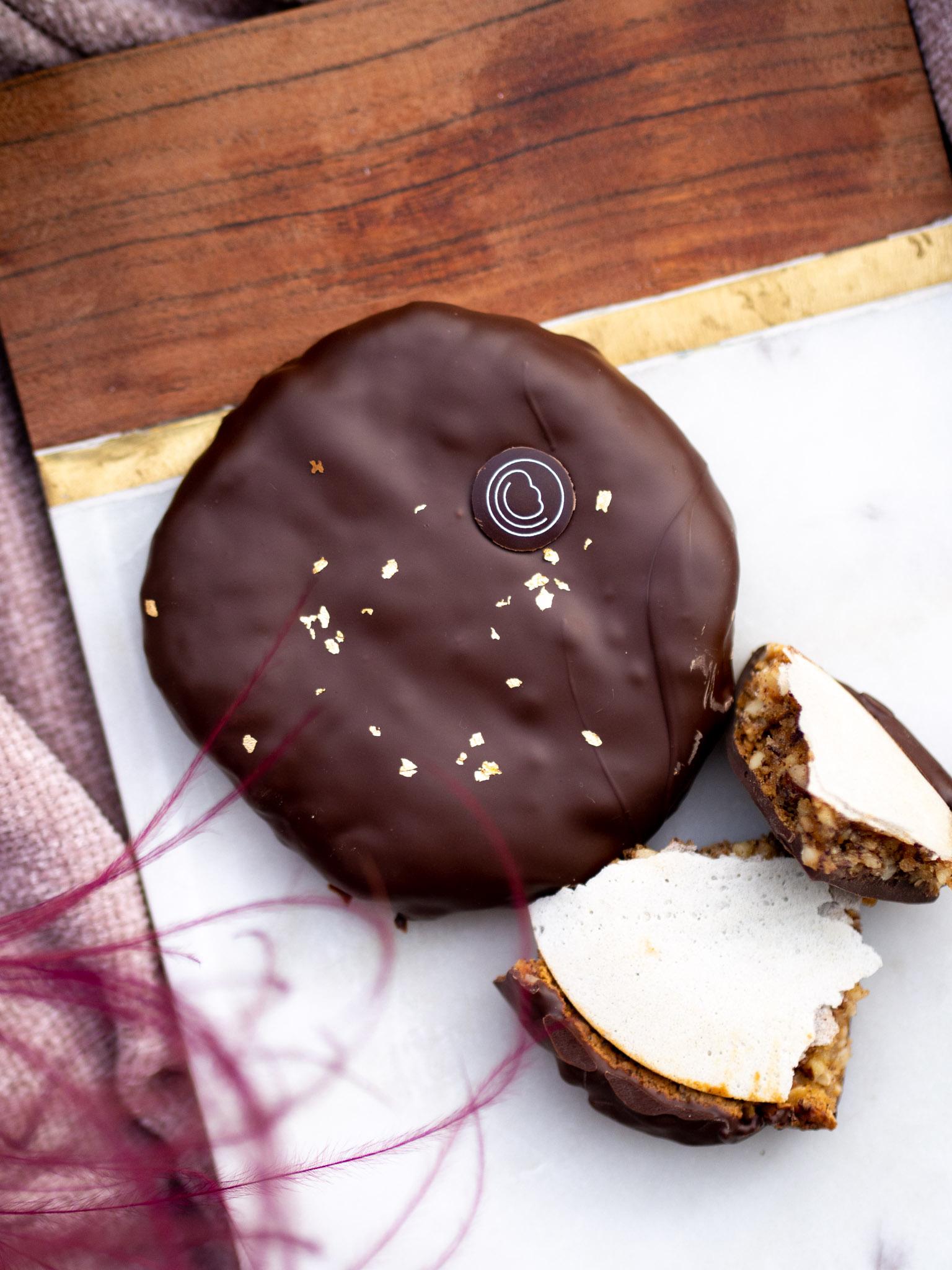 Elisenlebkuchen, getaucht in dunkler Schokolade 66% mit Blattgold (ca. 110 gr.)