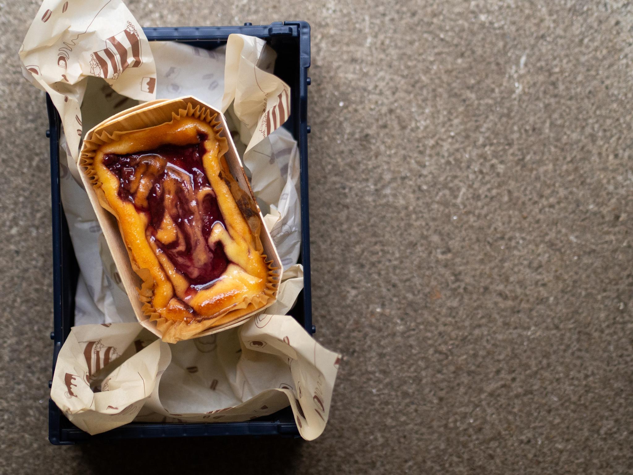 Cheesecake mit Macadamia Crumble und Himbeer - 320-330 Gramm